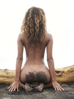 Грудастая мулатка у моря - фото
