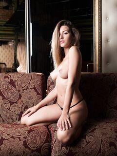 Девушка с красивой грудью в трусиках - фото