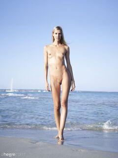 Белокурая худая девушка на пляже - фото