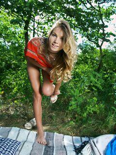 Худая девка широко раздвигает ноги на природе - фото