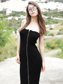 Девушка в очках медленно снимает платье - фото