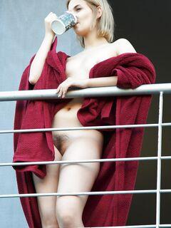 Блондинка показывает киску на балконе - фото