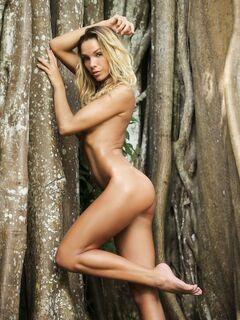Обнаженная модель позирует в лесу - фото