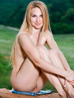 Блондинка с плоской грудью на столе - фото