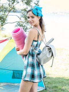 Голая туристка на природе с палаткой - фото