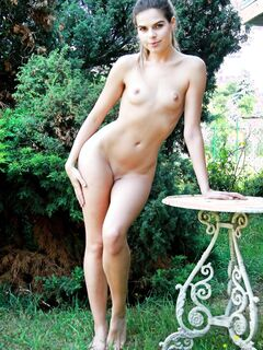 Дамочка с очень маленькой грудью - фото