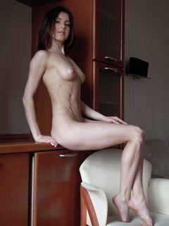Молодая девица с худым телом - фото