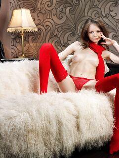 Тощая стервочка в красных чулках и трусиках - фото
