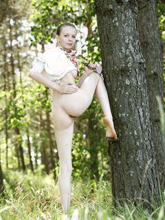 Без трусов гуляет по лесу - фото