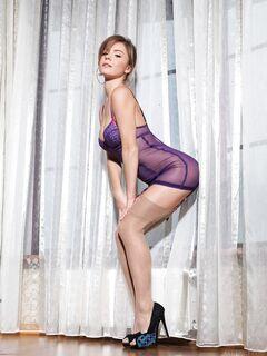 Девушка в пеньюаре и чулках эротично валяется на полу - фото