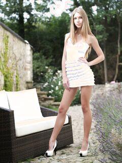 Молодая худая девица сняла короткое платье у дома - фото
