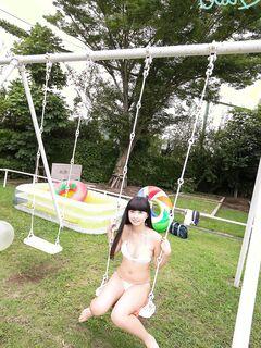 Темноволосая азиатка позирует в белом купальнике - фото
