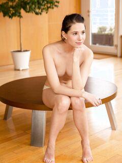 Голая красотка раздвигает ноги на столе - фото