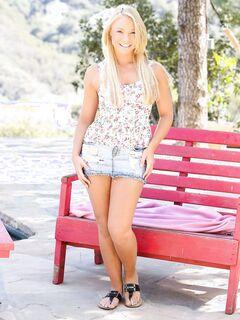 Блондинка в короткой юбке показала письку на улице - фото