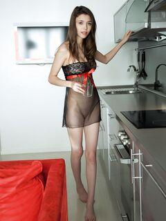 В прозрачном пеньюаре оголила натуральную грудь на кухне - фото
