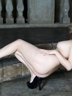 Голая девка в туфлях засветила бритую письку - фото