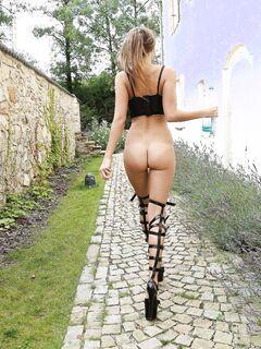 Русская девушка раком с голой жопой в масле - фото