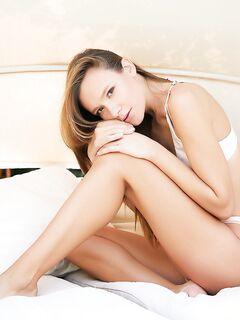 Голая худышка раздвинула ножки в постели - фото