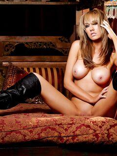 Голая девушка в сапогах раздвинула ноги - фото