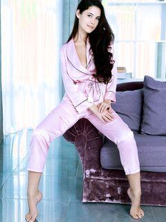 Красивая девушка в пижаме - фото
