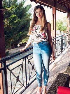 Сексуальная девушка снимает джинсы и трусики - фото