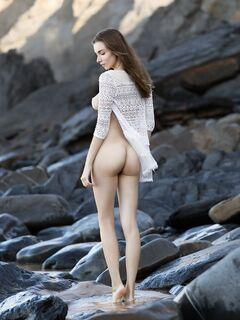 Грудастая няшка красуется на пляже - фото