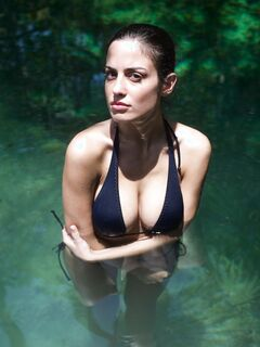 Девушка с сексуальными сиськами плавает в речке - фото
