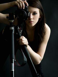 Голая девушка с фотоаппаратом - эротика