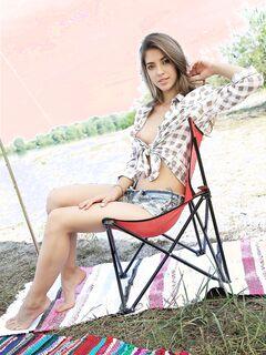 Молодая девка в шортах на пляже - фото
