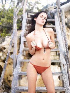 Кокетка сняв лифчика показал большую упругую грудь - фото