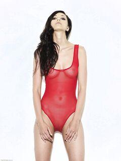 Жгучая брюнетка стягивает красное боди - фото