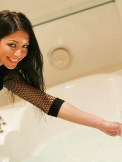 Брюнетка  купается в пенной ванне - фото