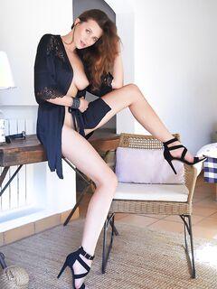 Сексапильная домохозяйка в халатике на голое тело - фото