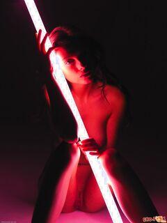 Девушка подсвечивает лампой сексуальные части тела - фото
