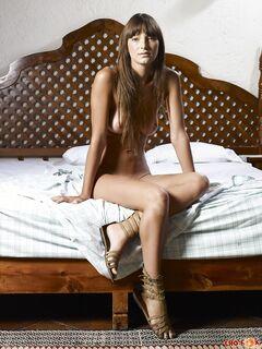 Красуется в спальне без трусов - фото