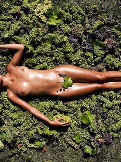 Загорелая француженка позирует голой на винограде - фото