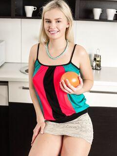 Блондинка с бритой писькой на кухне - фото