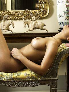 Мулатка с крупными дойками - фото