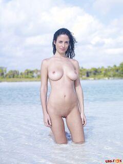 С голыми большими титьками купается на пляже - фото