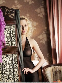 Кудрявая блондинка в халате показывает письку - фото