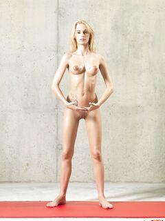 Худощавая голенькая блондинка занимается йогой - фото
