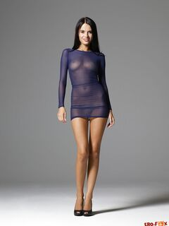 Загорелая модель снимает прозрачное платье - фото