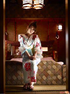 Японка с большой грудью и волосатой писькой в постели - фото