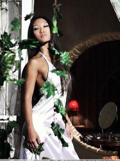 Стройная азиатка с длинныи волосами голая у зеркала - фото