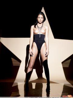Красивая модель с худощавым телом обнажилась в студии - фото