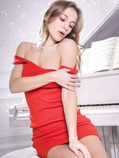 Худая девушка снимает красное платье - фото