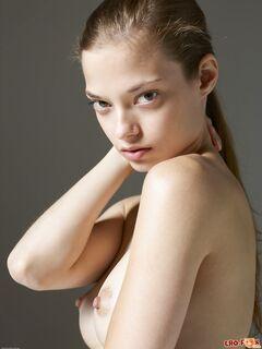 Молодая модель с худощавым голым телом - фото