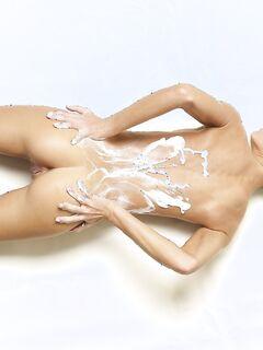Голая девица измазала бритую письку кремом - фото