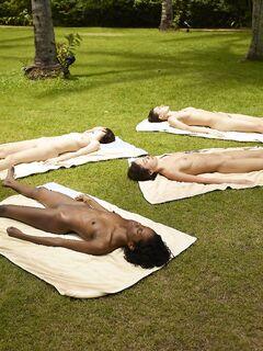 Голые девушки загорают в парке на лужайке - фото
