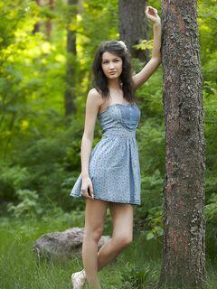 Девушка в лесу показала сиськи писю и жопу - фото